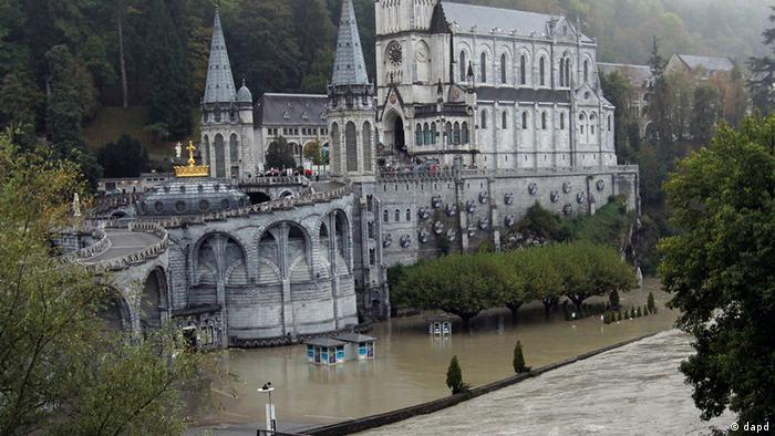 A guardian of Lourdes sanctuary looks the Grotto of Lourdes flooded, in Lourdes, southwestern France, Saturday, Oct.20,2012. French rescue services and police are evacuating hundreds of pilgrims from hotels threatened by floodwaters from a rain-swollen river in the Roman Catholic shrine town of Lourdes. (Foto:Bob Edme/AP/dapd)