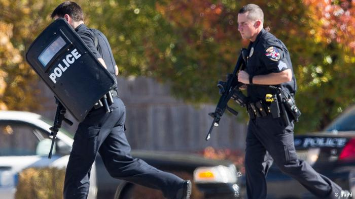 Police and swat team members respond to a call of a shooting at the Azana Spa in Brookfield, Wisconsin on Sunday, October 21, 2012. (Tom Lynn/AP/dapd)