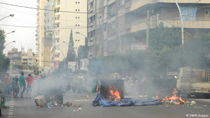 Burning trash cans in a western part of Beirut. (copyright: DW/Mona Naggar)