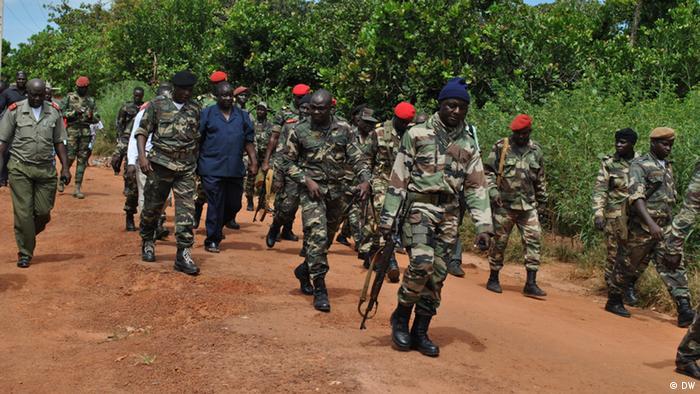 Foto mostra António Indjai, chefe do Estado Maior General das Forças Armadas da Guiné-Bissau, em meio a soldados após ataque a unidade de elite do Exército