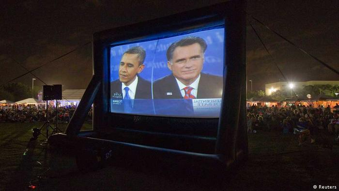 Obama (L) and Romney shown on large, outdoor television screen in Florida, October 22, 2012. Photo: REUTERS/Andrew Innerarity