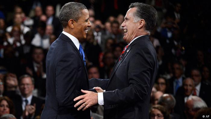 President Barack Obama and Republican presidential nominee Mitt Romney laugh at the conclusion of the the third presidential debate at Lynn University, Monday, Oct. 22, 2012, in Boca Raton, Fla. (Foto:Pool-Michael Reynolds/AP/dapd)
