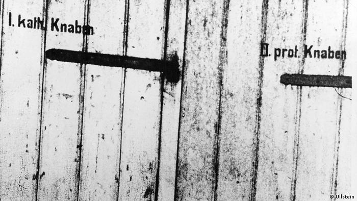 Schule Getrennte Toiletten für evangelisch und katholische Schüler in einer Schule in Oggersheim / Rheinland-Pfalz - ohne Jahr Aufnahmezeitraum-/datum 01.01.1900 - 31.12.1900 Urhebervermerk ullstein bild