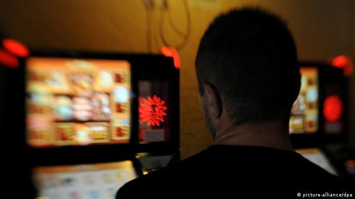 Ein ehemals Spielsüchtiger in einer Spielhalle vor den Geldspielautomaten (Foto: dpa)