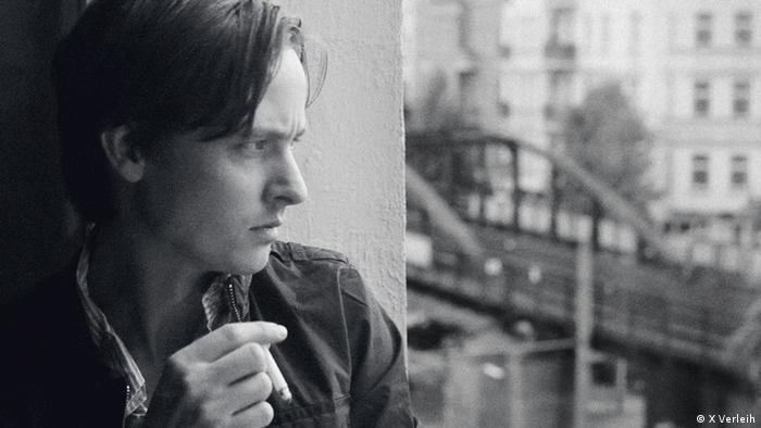 Tom Schilling in Oh Boy mit Zigarette aus Fenster blickend