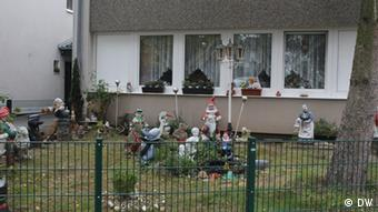 Gartenzwerge vor einem Reihenhaus in der Sinti-Siedlung in Köln-Roggendorf. Fotografin: Antje Binder