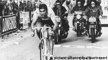 Der belgische Radprofi Eddy Merckx (vorn) absolviert am 17.7.1970 bei der 57. Tour de France in Bordeaux das Zeitfahren. Am Ende der Frankreich-Rundfahrt trägt Merckx zum zweitenmal nach 1969 den Gesamtsieg davon.