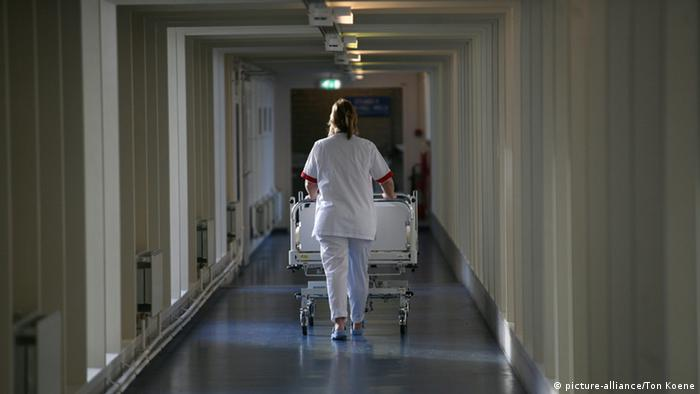 Krankenpflege (picture-alliance/Ton Koene)