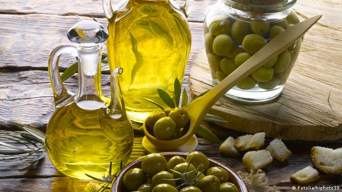 Olive oil and olive (Picture: Fotolia/hiphoto39)