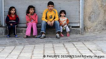 Syrien Bürgerkrieg Kinder vor geschlossenen Laden in Aleppo