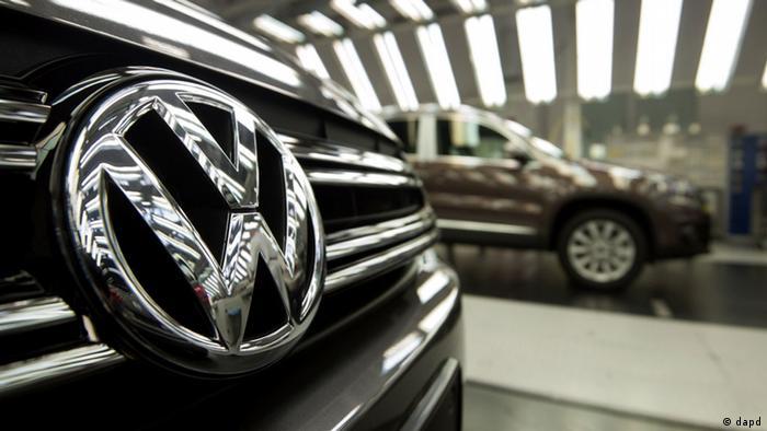 Логотип Volkswagen на капоте автомобиля