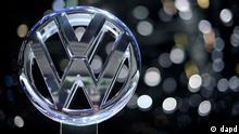 Das Logo des Automobilherstellers Volkswagen (VW), aufgenommen am Mittwoch (02.03.11) in Genf (Schweiz) auf dem 81. Internationalen Automobil-Salon am Stand vdes Unternehmens. Bis zum Sonntag (13.03.11) werden auf der drittgroessten Automesse der Welt 700.000 Besucher erwartet. (zu dapd-Text) Foto: Sascha Schuermann/dapd