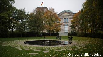 Medienvertreter stehen am 22.10.2012 in Berlin an der Gedenkstätte für die im Nationalsozialismus ermordeten Sinti und Roma. Foto: Michael Kappeler/dpa