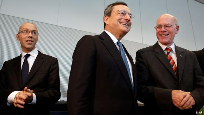 The president of the European Central Bank, Mario Draghi, center, the Bank's member of the Board, Joerg Asmussen, left, and the President of the German Federal Parliament, Bundestag, Norbert Lammert, right, arrive for a meeting with members of the parliament in Berlin, Germany, Wednesday, Oct. 24, 2012. Draghi meets with German lawmakers to discuss his plans to buy bonds of ailing eurozone members. (Foto:Michael Sohn/AP/dapd)
