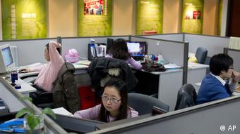 In this Monday Jan. 16, 2012 photo, employees of Dagong Global Credit Rating Co. work at the company's office in Beijing, China. Guan Jianzhong , chairman of Dagong Global Credit Rating Co. is waging a one-man crusade to change the credit rating industry, arguing that China and other cash-rich developing nations shouldn't have to rely on ratings agencies in the deeply indebted United States, especially after they helped fuel the global crisis that plunged the U.S. and then Europe into economic turmoil. (Foto:Andy Wong/AP/dapd)