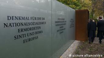 Gäste kommen am 24.10.2012 zum Denkmal für die im Nationalsozialismus ermordeten Sinti und Roma in Berlin. Knapp 70 Jahre nach Kriegsende wurde am Mittwoch in Berlin das Denkmal für die 500.000 von den Nazis ermordeten Sinti und Roma eingeweiht. Foto: Rainer Jensen/dpa