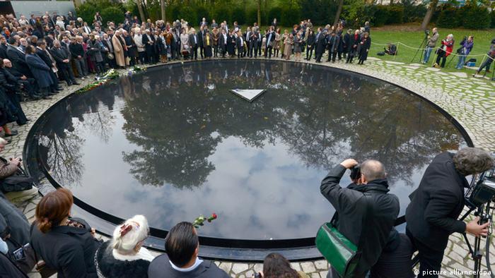 Das Denkmal für die im Nationalsozialismus ermordeten Sinti und Roma wird am 24.10.12 in Berlin eingeweiht. Knapp 70 Jahre nach Kriegsende wurde am Mittwoch in Berlin das Denkmal für die 500.000 von den Nazis ermordeten Sinti und Roma eingeweiht. Foto: Rainer Jensen/dpa +++(c) dpa - Bildfunk+++