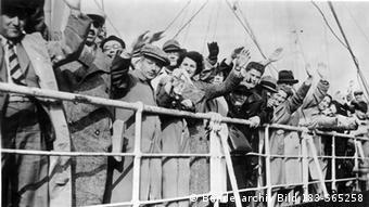 Juden verlassen Deutschland winkend auf einem Schiff (Copyright: Bundesbildarchiv )