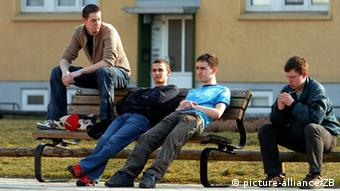 Young people sit outside and study in Demmin Photo: Jens Büttner