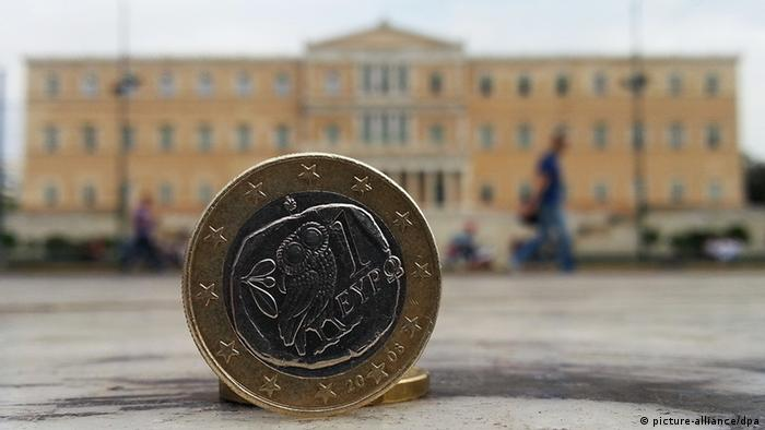 Euro in front of the Greek parliament Hannibal/dpa +++(c) dpa - Bildfunk+++