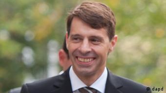 Bayern/ CSU-Sprecher Hans Michael Strepp (l.) und der bayerische Ministerpraesident und CSU-Vorsitzende Horst Seehofer kommen am Montag (24.09.12) vor der Parteizentrale der CSU in Muenchen an. Fuer erheblichen Wirbel hat ein Anruf von Strepp bei der heute-Nachrichtensendung des ZDF gesorgt. Strepp soll der Sueddeutschen Zeitung (Ausgabe vom 24.10.12) zufolge damit versucht haben, am Sonntag (21.10.12) eine Berichterstattung des Senders ueber den Parteitag der bayerischen SPD in Nuernberg zu verhindern. CSU-Chef Horst Seehofer versicherte am Mittwoch, ein solches Vorgehen waere voellig inakzeptabel. Allerdings habe ihm Strepp mitgeteilt, dass der Sachverhalt so nicht zutrifft. (zu dapd-Text) Foto: Lukas Barth/dapd