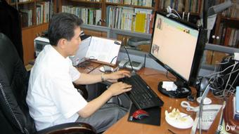 Pastor Chun Kiwon goes online to find North Korean women who have been forced to work for online strip shows; Photo: DW/Jason Strother