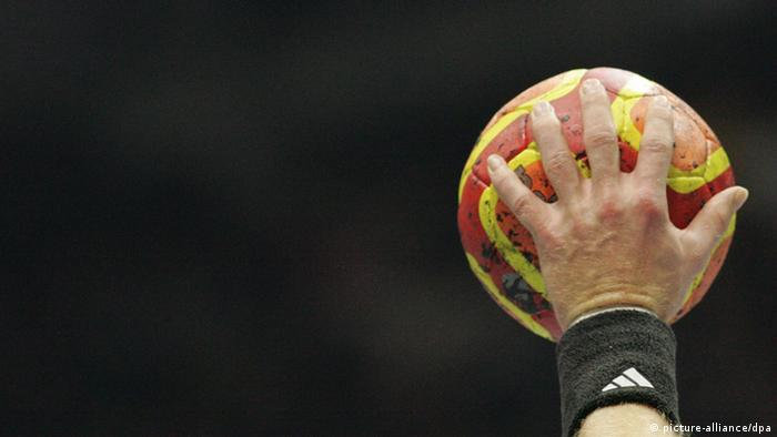 Symbolbild Handball Spieler Halle Hallensport Bundesliga Spielball (picture-alliance/dpa)
