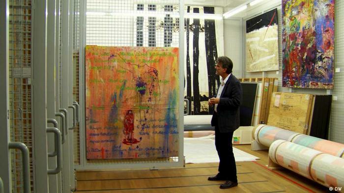 Куратор выставки среди картин