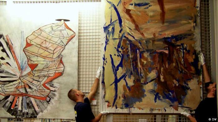 Картину Георга Базелица снимают со стены, чтобы упаковать для транспортировки в Москву