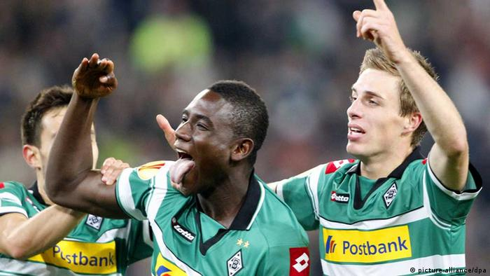 Moenchengladbach's Peniel Mlapa (L) celebrates with Patrick Herrmann (R) after scoring the 2-0 during the UEFA Europa League group C soccer match Borussia Moenchengladbach vs. Olympique Marseille at Borussia-Park stadium in Moenchengladbach, Germany, 25 October 2012. Photo: Roland Weihrauch/dpa +++(c) dpa - Bildfunk+++