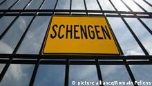 Metallgatter mit Schild Schengen