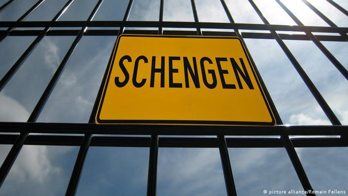 На решетке вист табличка с надписью Шенген