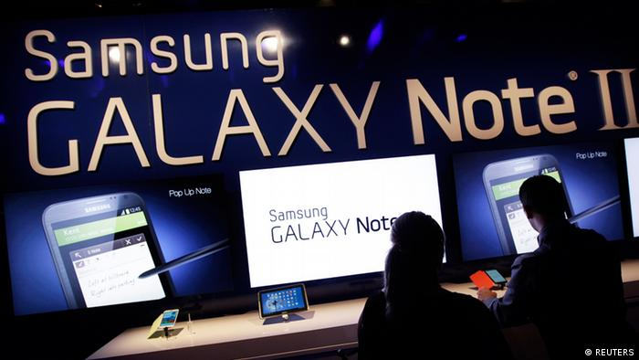 People use the Galaxy Note II after a news conference announcing Samsung's update to its phone-tablet hybrid in New York REUTERS/Shannon Stapleton