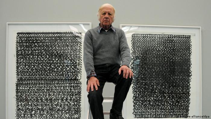 er Künstler Heinz Mack sitzt auf einer Leiter vor seinen Grafiken Ohne Namen 2010 im Museum Kunstpalast in Düsseldorf.