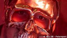 Magdeburg (Sachsen Anhalt): Der deutsche Rapper SIDO bei einem Konzert am 17.07.2004 Kulturwerk Fichte in Magdeburg. Markenzeichen des aus Berlin stammenden Rappers, der im Spetember mit dem Viva-Musikpreis Comet 2004 ausgezeichnet wurde, ist seine Gesichtsmaske.