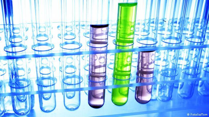 Symbolbild Forschung Labor Reagenzgläser Chemie