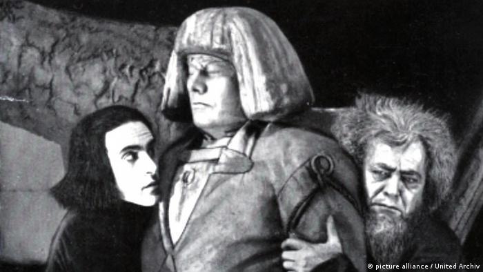 Filmszene aus dem Film Der Golem mit dem Golem und zwei weiteren Darstellern (picture alliance / United Archiv)