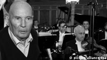 ARCHIV - Bei einer Fotoprobe verfolgt Hans Werner Henze (l) bei einer Aufführung seine neue Konzertoper Phaedra am 04.09.2007 an der Staatsoper unter den Linden in Berlin. Hans Werner Henze, einer der bedeutendsten Komponisten der Gegenwart, ist tot. Foto: Rainer Jensen/dpa +++(c) dpa - Bildfunk+++