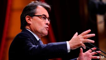 President of the Catalan regional government Artur Mas gestures during a parliamentary (Foto:Manu Fernandez/AP/dapd)