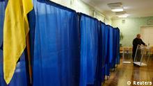 Wahlen Ukraine 2012 Kiev Wahlkabine Wahlurne