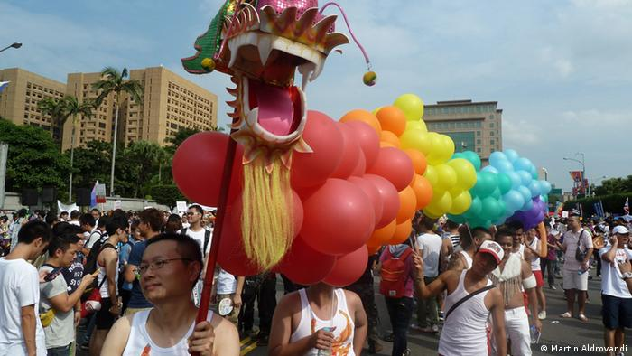 People march in Taipei's gay pride parade on October 27, 2012; Photo: DW/Martin Aldrovandi