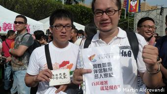Gao and Chen collect signatures at the gay pride parade in Taipei, 2012; Photo: DW/Martin Aldrovandi