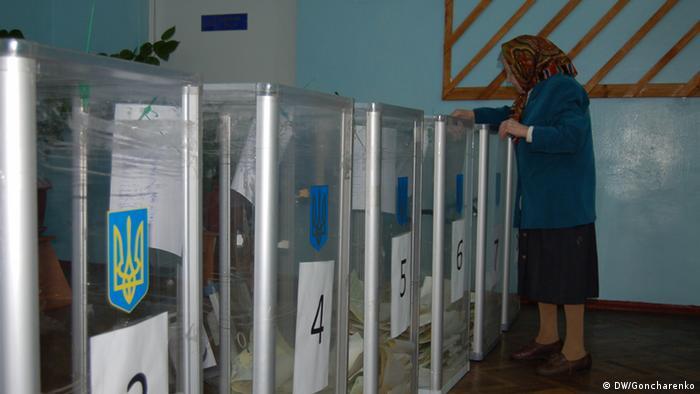 Es geht um den Wahlverlauf in der Ukraine. Die Fotos wurden von DW-Mitarbeiter Roman Goncharenko in Kiew gemacht und zugeliefert.