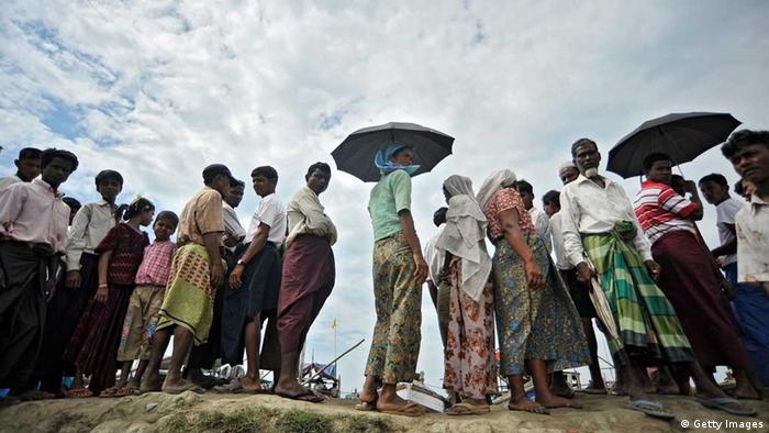 People wait as more people displaced by the recent violence between Buddhist Rakhine and Muslim Rohingya in Kyuk Phyu township (Photo: Kaung Htet/Getty Images)