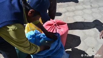 Description of foto: Benjamin Huarachi Flores, a quinoa producer, opens a bag of quinoa on the market of Challapata. Title Quinoa market Series Title in case there are several pictures about one topic Quinoa in Bolivia Tags quinoa, Bolivia Name of the photographer/or scource Peter Teffer When was the pic taken? (July 2012) Where was the pic taken Challapata, Bolivia Description of the pic /occasion , situation when pic was taken, whom or what does the pic show? Benjamin Huarachi Flores opens a bag of quinoa on the market of Challapata. Huarachi Flores is a quinoa producer himself and tries to advance organic production of quinoa, which is only possible in Bolivia. Rechteeinräumung: (I hereby declare that I took this pic and giving DW the right to use it online. In case the picture was taken by a third party, I do hold the rights to this image and DW is entitled to use it online.) Hiermit räume ich der Deutschen Welle das Recht ein, das/die von mir bereitgestellte/n Bild/er zeitlich, räumlich und inhaltlich unbeschränkt zu nutzen. Ich versichere, dass ich das/die Bild/er selbst gemacht habe und dass ich die hier übertragenen Rechte nicht bereits einem Dritten zur exklusiven Nutzung eingeräumt habe.Sofern ich das hiermit zugesandte Bild nicht selbst gemacht, sondern von einem Dritten, dem o.g. Fotografen, zugeliefert bekommen habe, versichere ich, dass mir dieser Dritte die zeitlich, räumlich und inhaltlich unbeschränkten Nutzung auf der Internet Plattform DW.DE übertragen hat und mir schriftlich versichert hat, dass er das/die Bild/er selbst gemacht und die Rechte hieran nicht bereits Dritten zur exklusiven Nutzung eingeräumt hat.