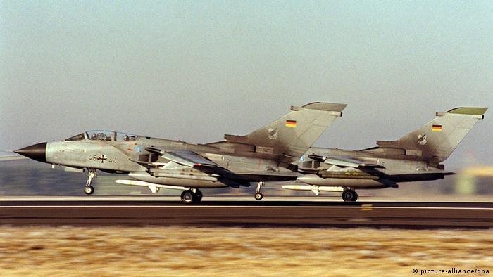 Zwei ECR-Tornados starten nebeneinander am 21.1.1999 im bayerischen Lechfeld. (Bild: picture-alliance/dpa)