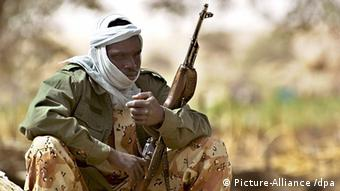 A Chadian soldier holding an automatic rifle and seated on the ground. EPA/STEPHEN MORRISON +++(c) dpa - Report+++