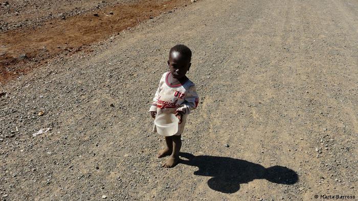 Esta criança de Cateme acabou de comer um bocado de rato do mato. Mas tal como muitos no centro de reassentamento, continua com fome