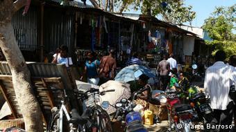 Dantes poucos carros e motorizadas se viam em Tete. Hoje, o Mercado Primeiro de Maio atrai muitos de longe e mesmo de fora