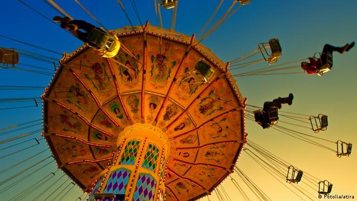 شهر بازی و امکانات تفریحی و سرگرمی بخش مهمی از جشن اکتبر است که بسیاری از خانوادهها و جوانان را به مونیخ میکشاند. برخی از اسبابهای تفریحی این جشن بیش از نه دهه قدمت دارند و کودکی بسیاریها با آن پیوند خورده است.